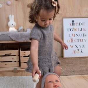 Sirissima stickning - Ylva dansklänning i Pure Eco Baby Wool
