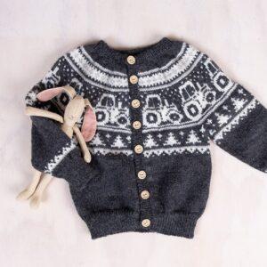 Bluum stickningsset - Traktor jacka, byxor och luva i Pure Eco Baby Wool