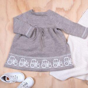 Bluum stickad klänning - Traktor i Pure Eco Baby Wool