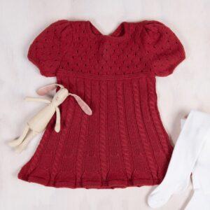 Bluum stickad klänning - med Flätor och puffärm i Zarina