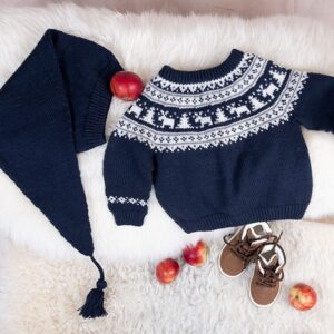 Bluum stickning - Vinternatt-tröja med tomteluva i Pure Eco Baby Wool